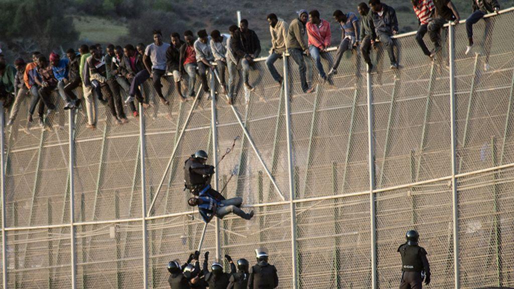 Unos 200 inmigrantes se encaraman en la valla de Melilla