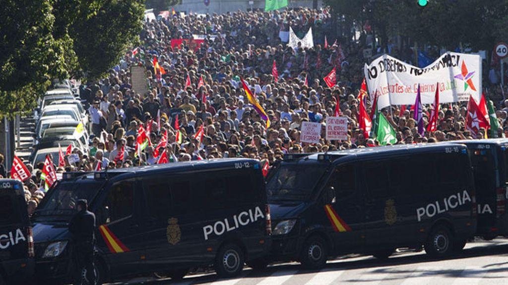 Gran número de personas a su paso por la Cuesta de las Calesas en Cádiz, participan en la manifestación convocada por los sindicatos con motivo huelga general.