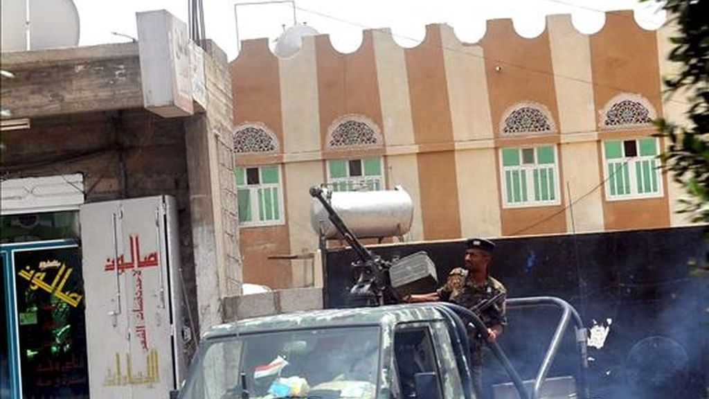 Un vehículo del Ejército yemení patrulla una calle en Saná (Yemen). EFE/Archivo