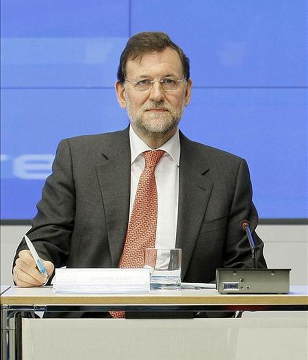 """El presidente del Partido Popular, Mariano Rajoy, ha dicho hoy que está """"absolutamente seguro"""" de que la presidenta de la Comunidad de Madrid, Esperanza Aguirre, va a demostrar su verdad, tras autorizar una comisión de investigación sobre una supuesta trama de espionaje en la Comunidad. EFE/archivo"""