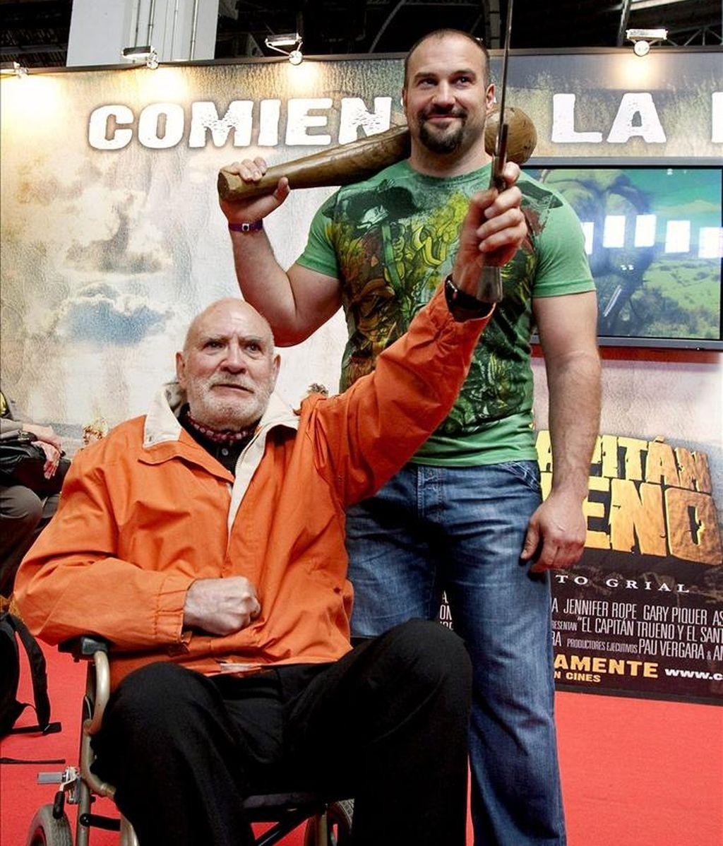 """El lanzador de peso Manuel Martínez (d), que interpreta a """"Goliath"""" en la película """"El Capitán Trueno y el santo Grial"""", junto a Víctor Mora (i), creador del cómic en el que está basada la película, posaron hoy en el Salón del Comic de Barcelona. EFE"""
