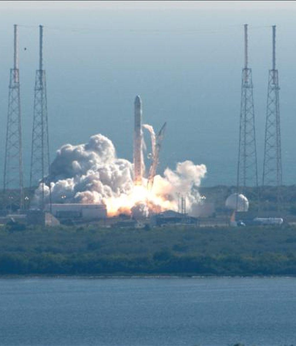Falcon 9, un cohete privado desarrollado por la empresa SpaceX con el apoyo de la NASA, es lanzado desde una plataforma de lanzamiento en Cabo Cañaveral, en Florida, Estados Unidos, este 8 de diciembre. EFE