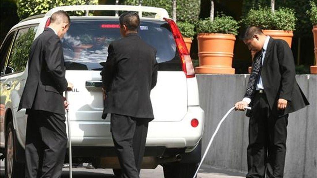 Agentes de seguridad inspeccionan un vehículo pocas horas antes de la llegada del presidente estadounidense, Barack Obama, a Ciudad de México (México). EFE