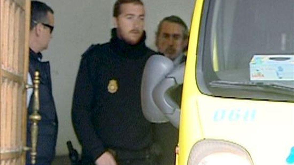 """El considerado máximo responsable de la trama de corrupción que se investiga en el """"caso Gürtel"""", Francisco Correa (d), a su salida del Tribunal Superior de Justicia de Madrid (TSJM). EFE/TV"""