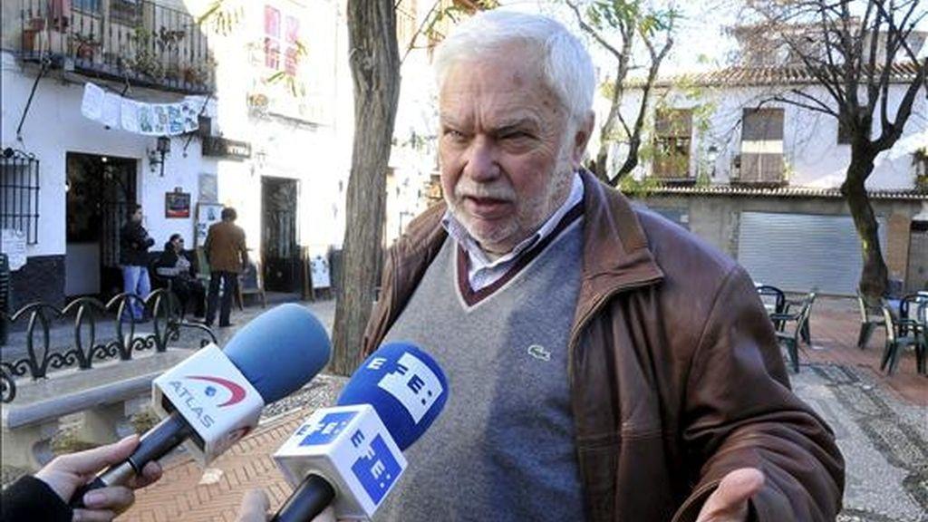 El ex alcalde de Granada y ex senador Gabriel Díaz Berbel atendiendo a la prensa en Granada tras solicitar su baja como militante en el PP. EFE