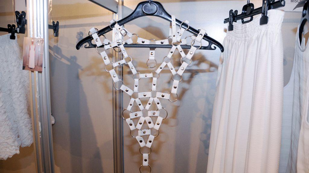 """El diseñador sigue creando prendas muy atrevidas a pesar de que su nueva colección """"Mantra"""" es más minimal."""