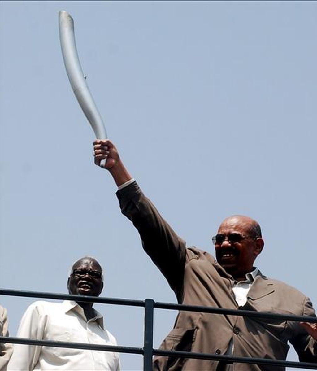 El presidente sudanés, Omar al Bachir (d), durante  la celebración del Día de la Paz y la Seguridad Africana en la Universidad Internacional de África en Jartum el pasado septiembre. EFE