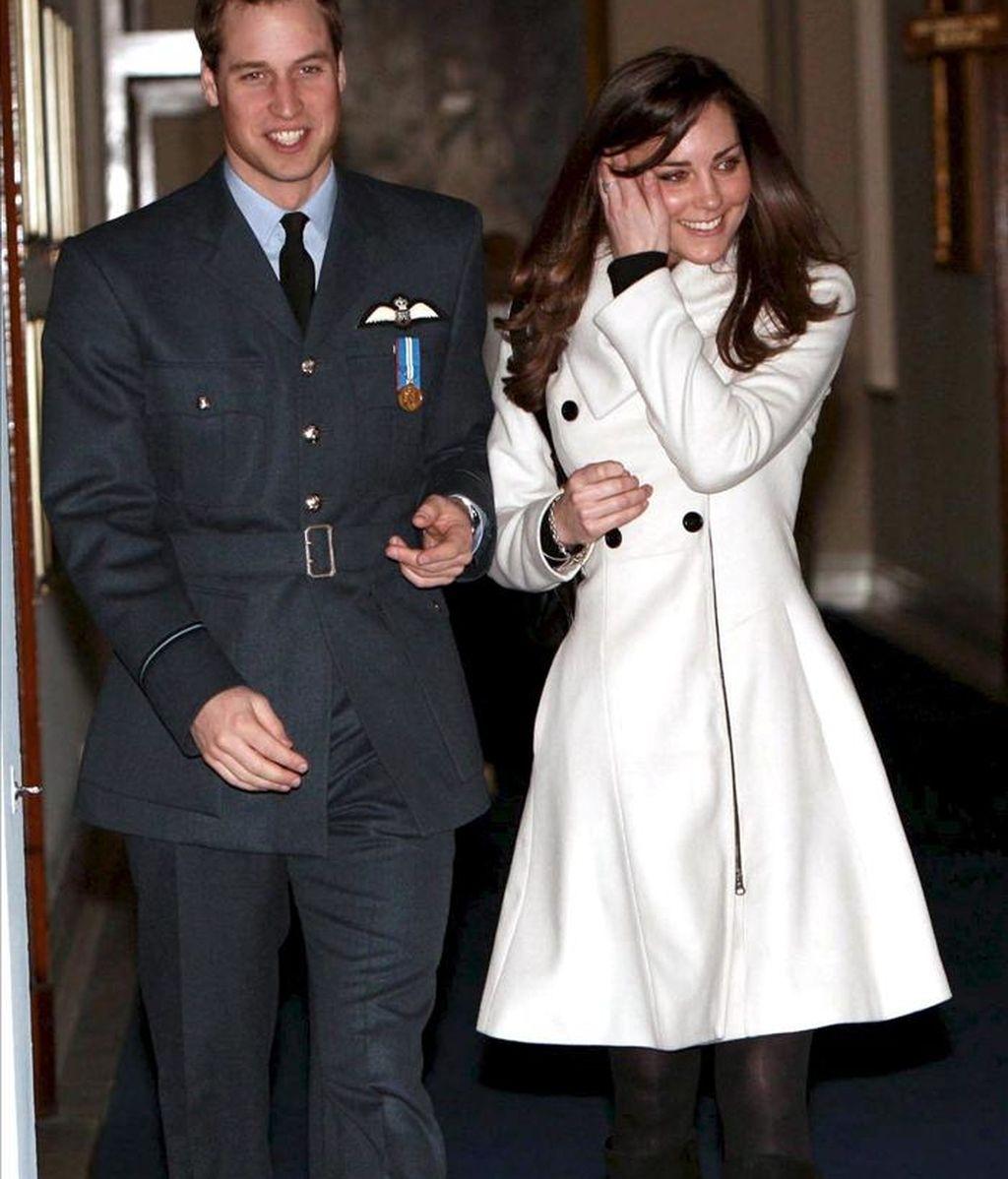 El príncipe Guillermo de Inglaterra y su novia Kate Middleton durante la ceremonia de graduación celebrada en RAF Cranwell (R.Unido). EFE/Archivo