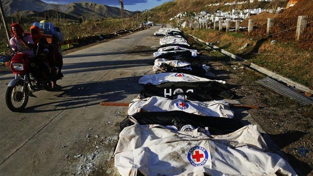 Sólo 3 forenses indentifican cadáveres en la ciudad filipina de Tacloban