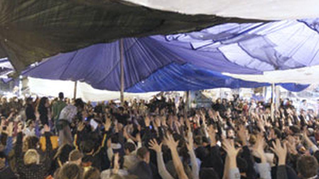 Los 'indignados' han decidido en asamblea levantar el campamento de Sol. Foto: EFE