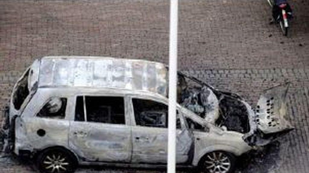 Al parecer este coche encontrado calcinado en la localidad de Almelo tiene algo que ver con el secuestro. Foto: EFE
