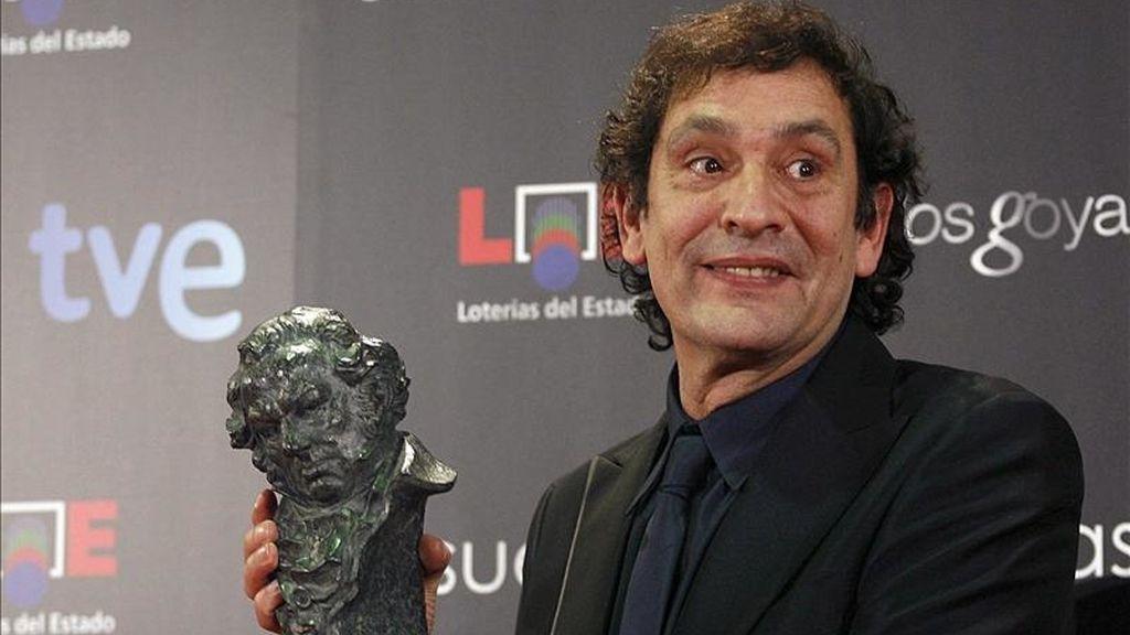 """El director de cine Agustí Villaronga posa tras recibir el premio Goya al mejor director por """"Pa negre"""". EFE/Archivo"""
