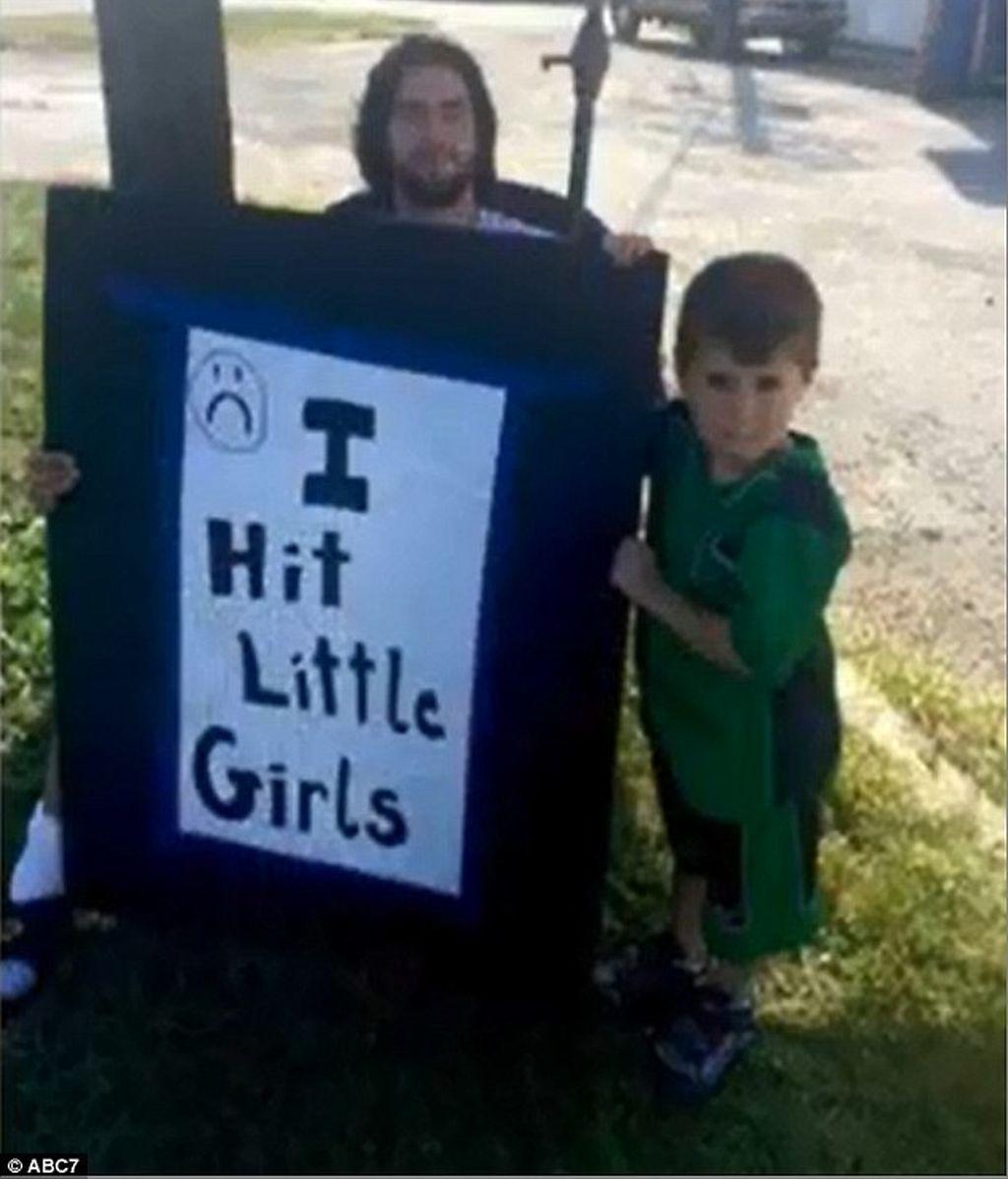 """Un padre obliga a su hijo a estar una hora con un cartel que ponía """"Pego a las niñas"""""""