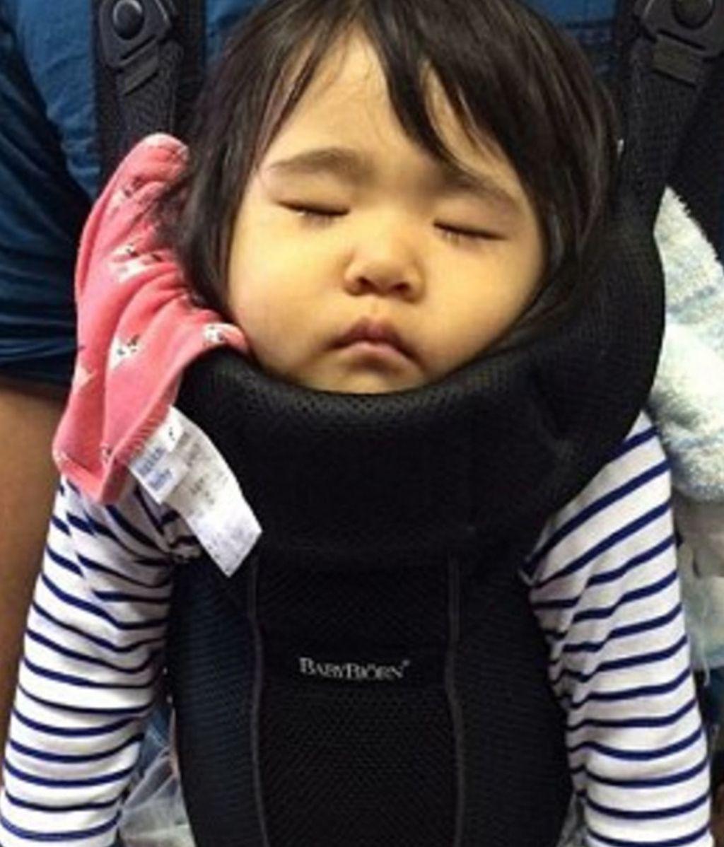Las posturas más surrealistas en las que se duermen los niños japoneses