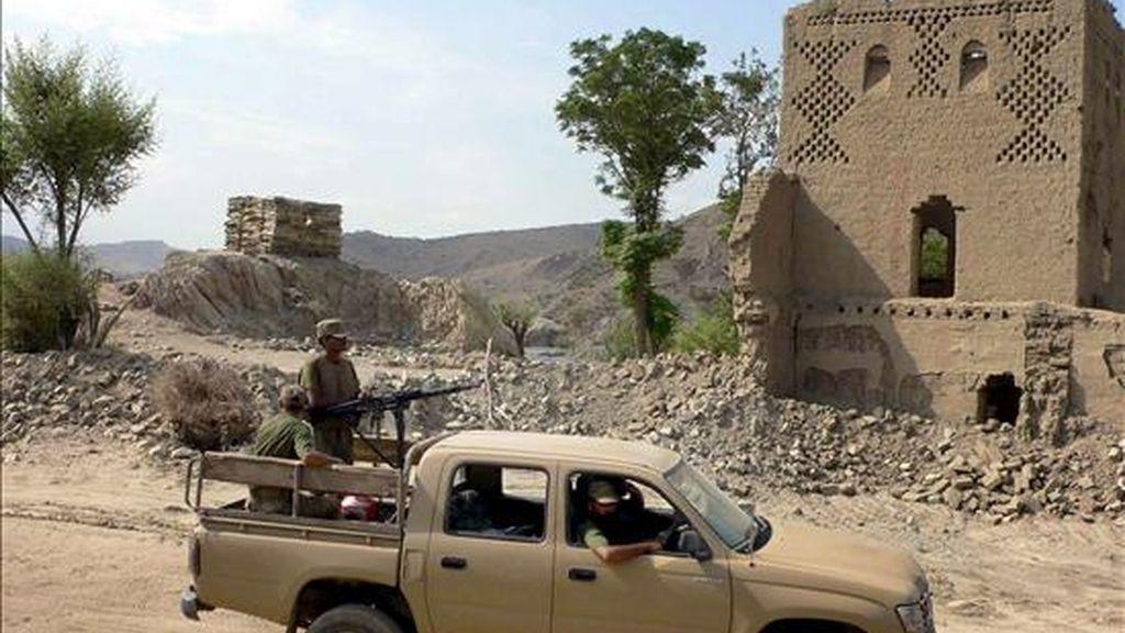 Soldados paquistaníes patrullan una zona de la región de Waziristán Sur, cerca de la frontera afgana, el 7 de julio. EFE