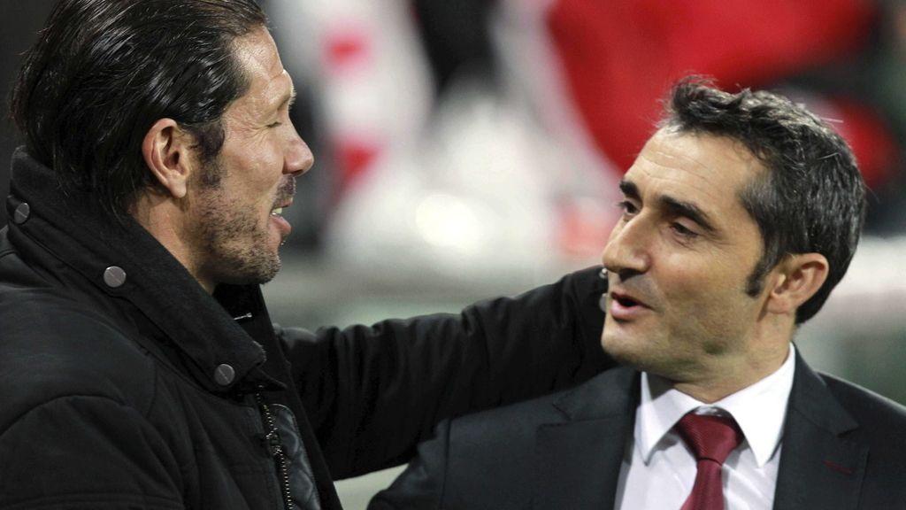 El técnico argentino del Atlético de Madrid Diego Simeone (i) saluda al entrenador del Athletic Club Ernesto Valverde