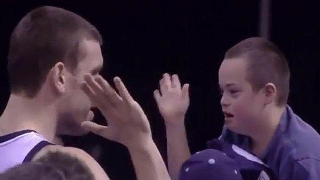 El momento más tierno de Marc Gasol con un joven aficionado de los Grizzlies