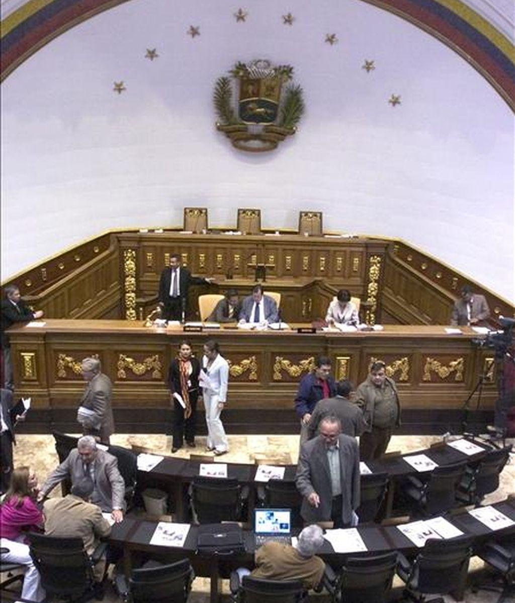 """En la sesión desarrollada en las últimas semanas, la amplia mayoría oficialista aprobó una veintena de leyes """"socialistas"""" con el rechazo de la bancada opositora, conformada por una docena de legisladores ex aliados de Chávez. EFE/Archivo"""