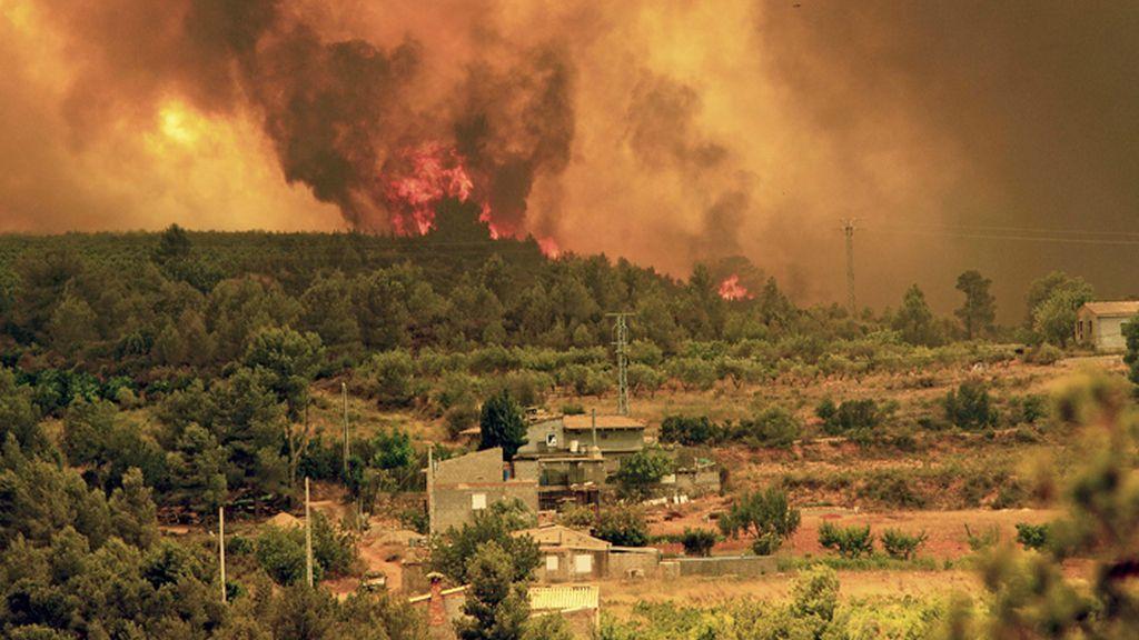 Las llamas se aproximan a la localidad valenciana de Turis, cerca de Cortes de Pallás