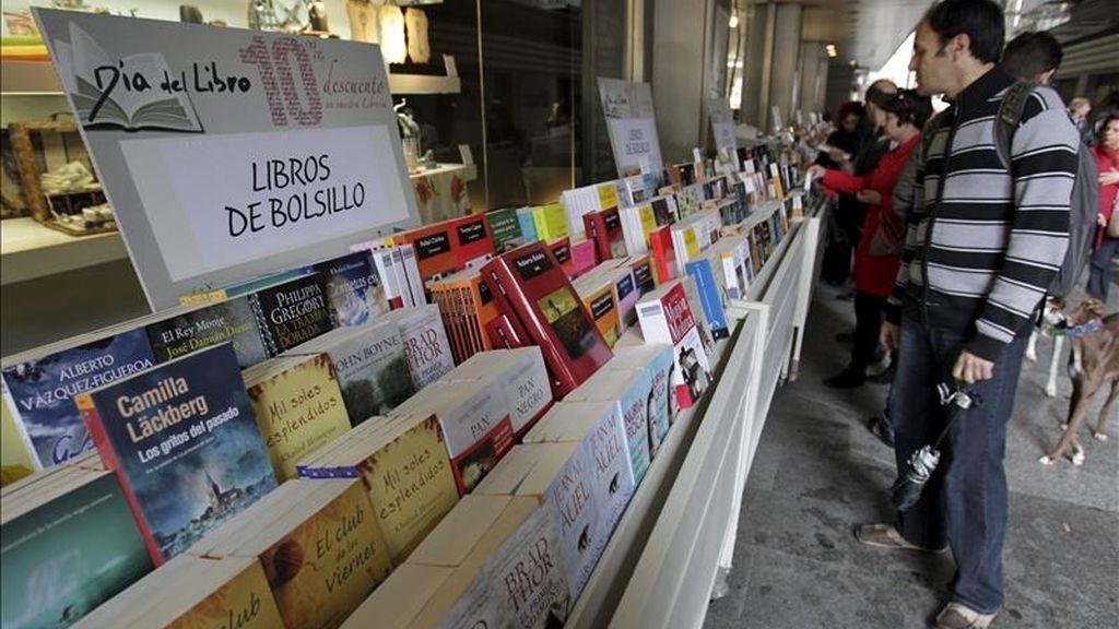 A pesar de que el Día del Libro, que conmemora el 23 de abril la muerte de Cervantes, se ha desplazado este año en Madrid y otras zonas de España por la Semana Santa, algunos comercios, como este de la madrileña calle Preciados, han sacado sus stand a la calle y algunos viandantes se han acercado a ojear las ofertas y novedades. EFE
