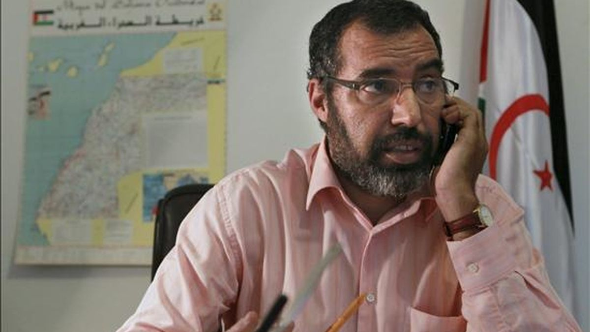El delegado del Frente Polisario en España, Bucharaya Beyun, en su despacho en Madrid. EFE/Archivo
