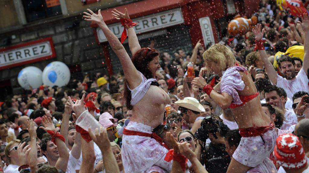Dos jóvenes celebran a lo grande el inicio de las fiestas de San Fermín