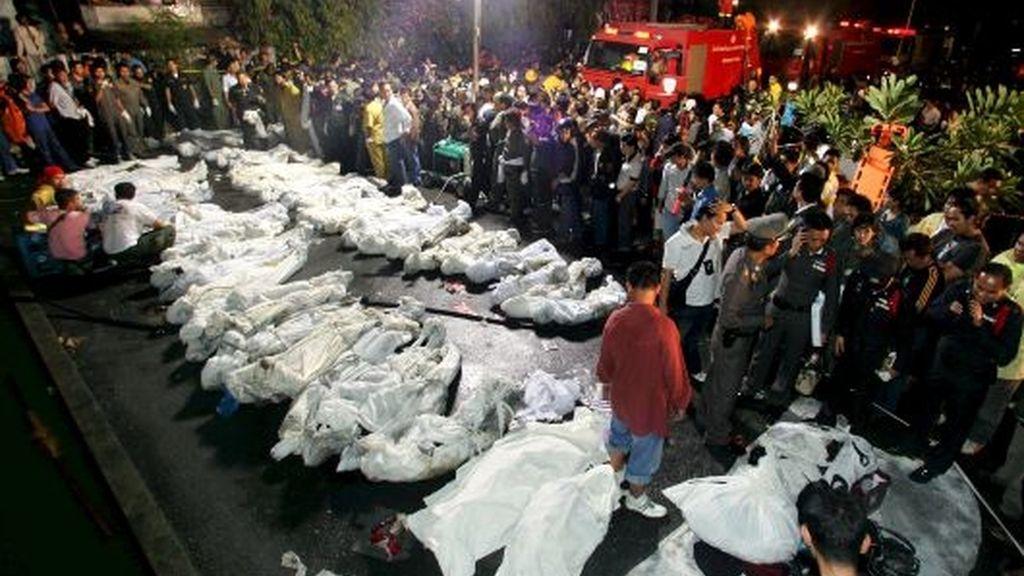 Miembros de los servicios de rescate y de la policía agrupan los cadáveres de las víctimas del incendio registrado en la discoteca Santika de Bangkok. FOTO: EFE.