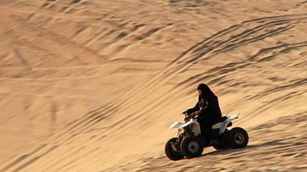 Montando en quad por las dunas del desierto