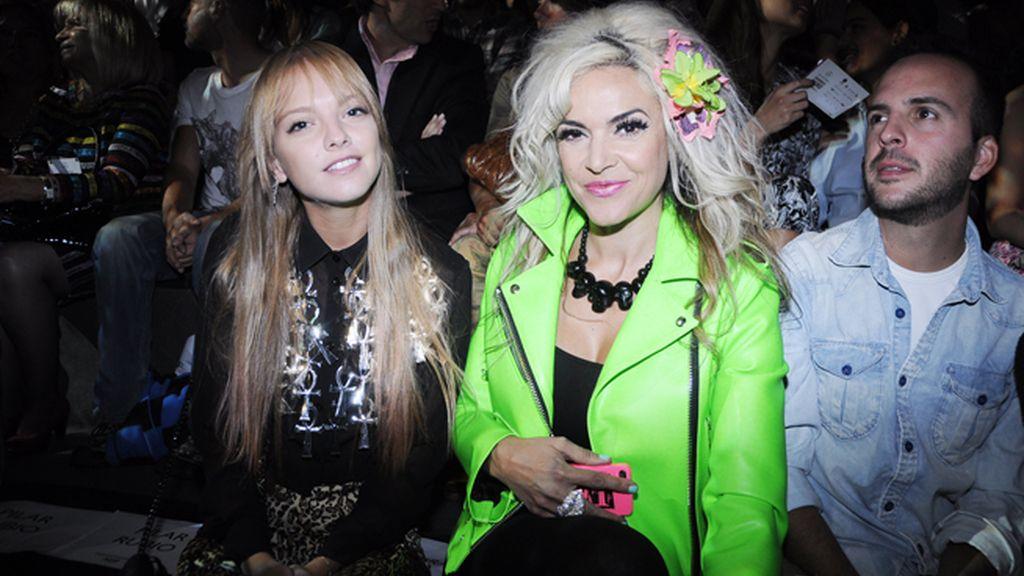 La modelo Laura Hayden y Silvia Superstar vestidas por María Escoté.