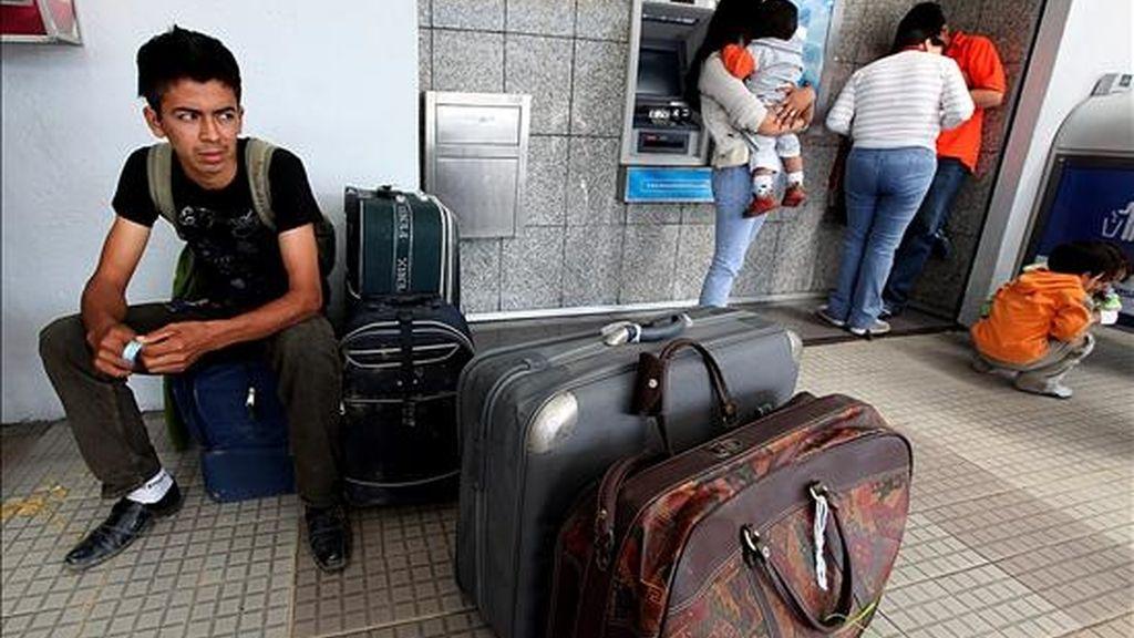 Personas afectadas por el cierre de Air Comet en el aeropuerto Mariscal Sucre de Quito (Ecuador). EFE/Archivo