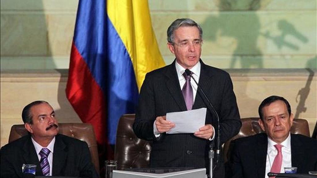 El presidente colombiano, Álvaro Uribe Vélez (c), pronuncia un discurso en presencia del presidente del Senado, Javier Cáceres (i), y el de la Cámara de Representantes, Edgar Gómez Román (d), en la sede del Congreso en Bogotá (Colombia), al instalar las sesiones del Poder Legislativo. EFE