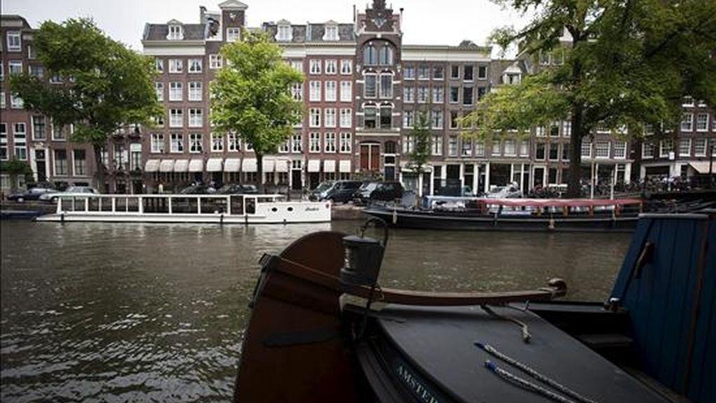 """Vista de uno de los canales de Ámsterdam (Holanda). La UNESCO también añadió a esa lista la zona de canales concéntricos del siglo XVII delimitada por el Singelgracht de Amsterdam, un sitio que """"constituye un ejemplo de planificación urbanística a gran escala que sirvió de modelo arquitectónico de referencia en el mundo entero hasta el siglo XIX"""". EFE"""