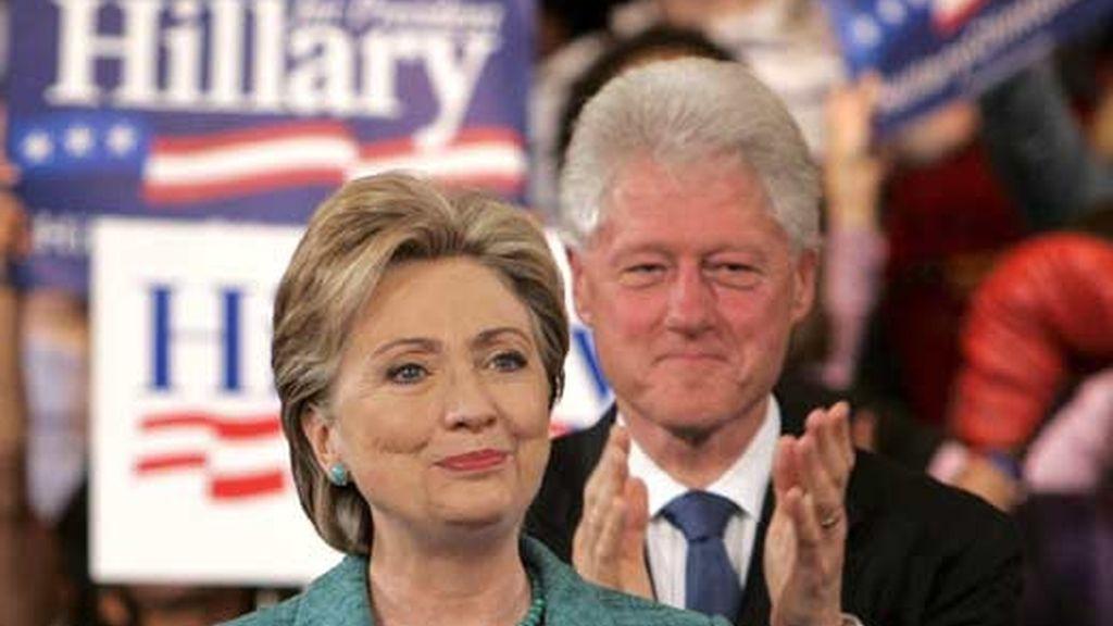 Imagen de archivo de Hillary Clinton, en campaña, arropada por su esposo el ex presidente Bill Clinton. Foto: EFE