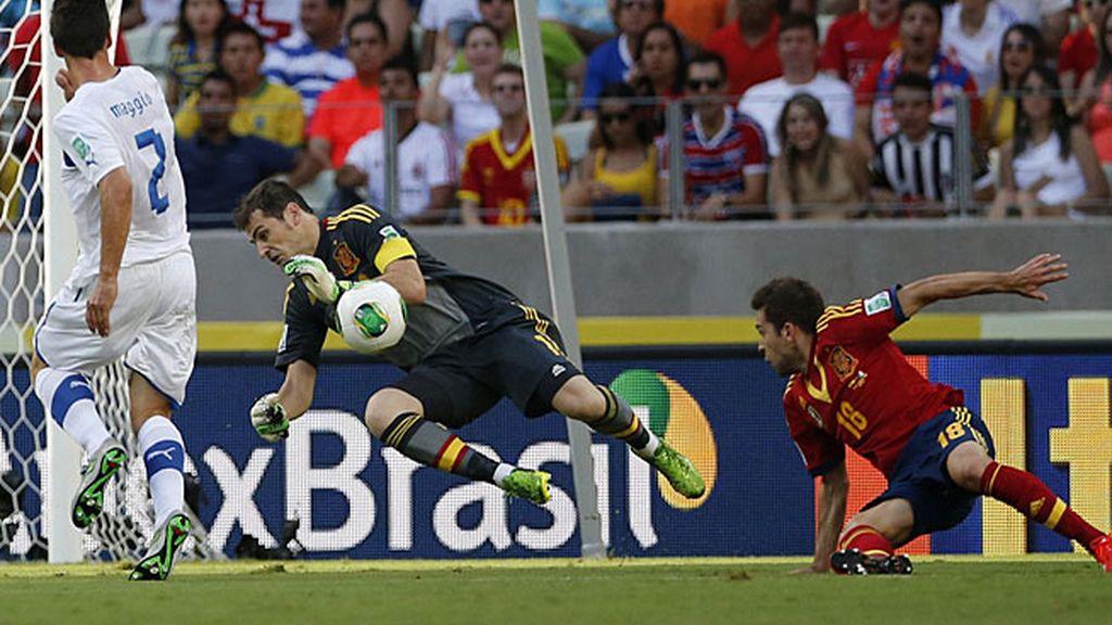 Casillas tuvo dos grandes paradas en la primera mitad