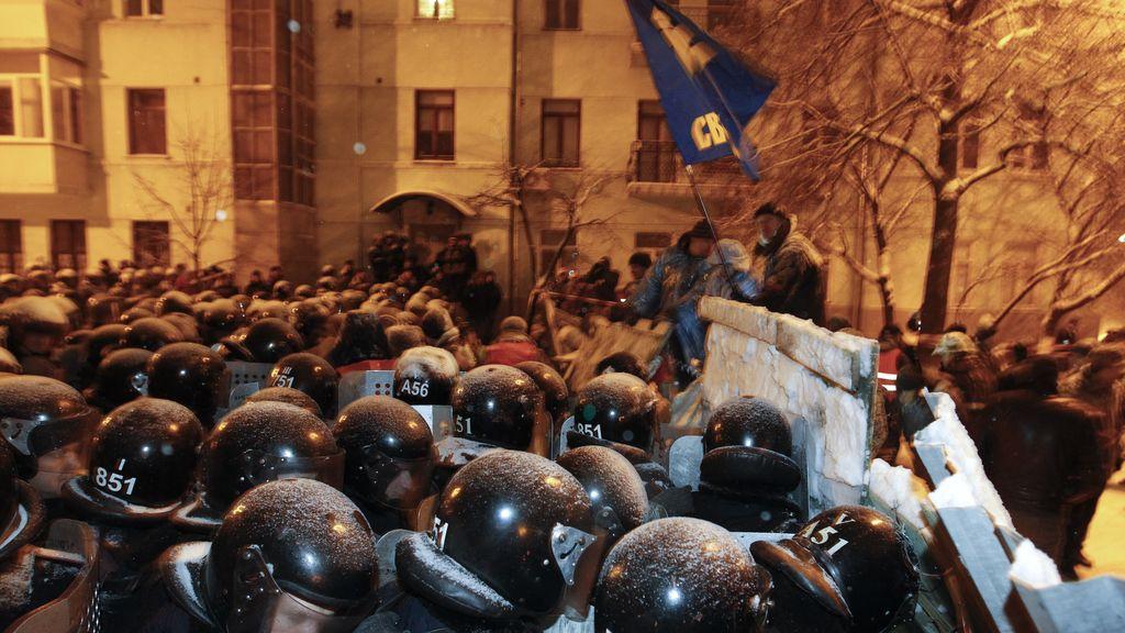 La policía rompe las barricadas de los manifestantes en Ucrania