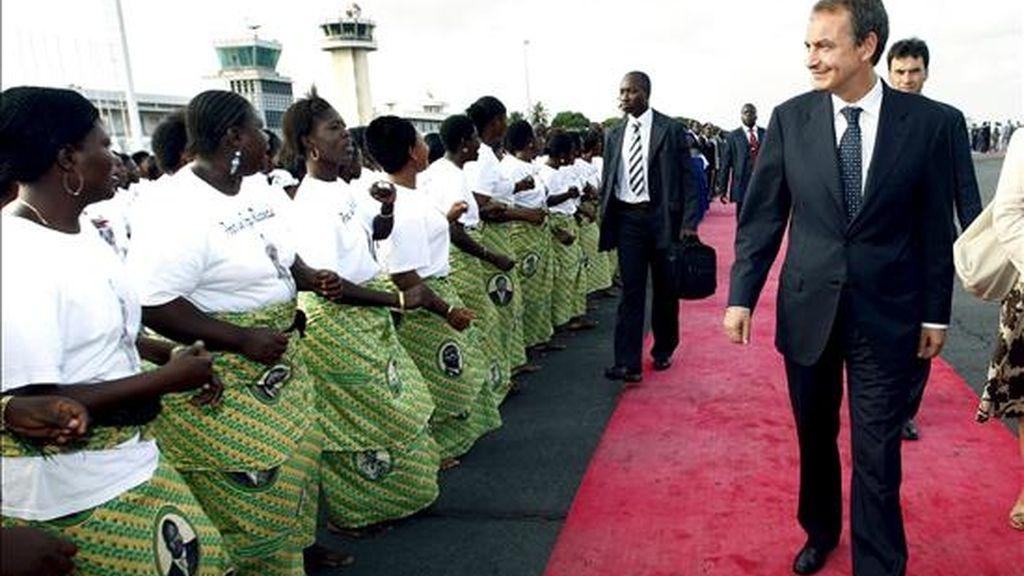 El presidente del Gobierno, José Luis Rodríguez Zapatero, a su llegada al aeropuerto de Lomé, en Togo. EFE
