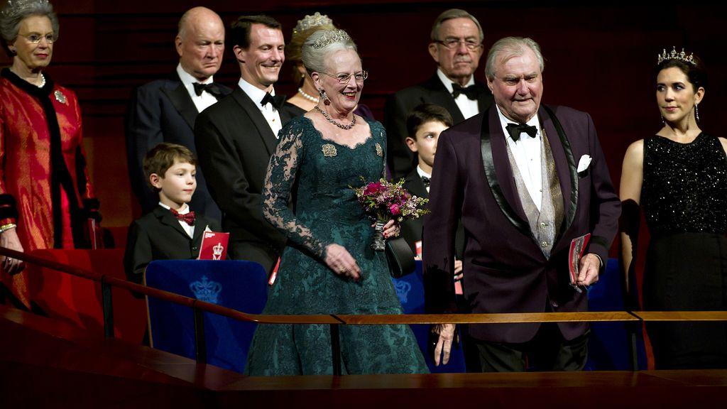 La reina Margarita de Dinamarca en el palco presidencial del DR Concert Hall junto a su familia