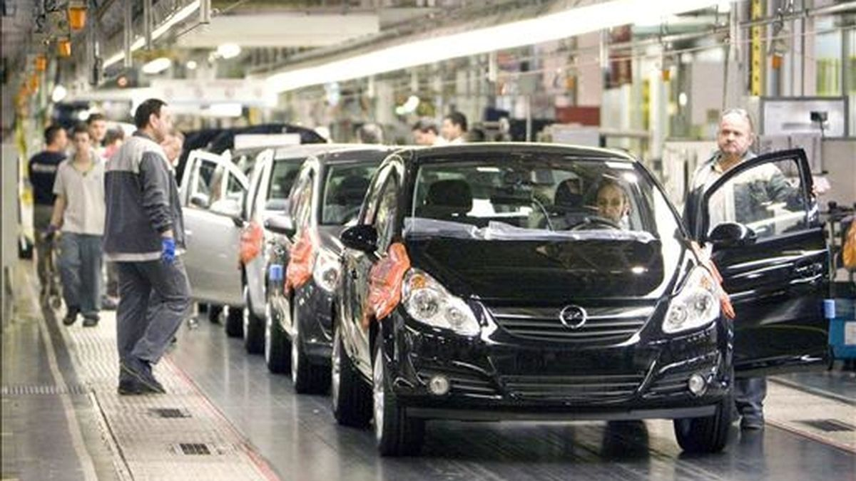 Aspecto de la cadena de montaje que la factoría General Motors tiene en la localidad zaragozana de Figueruelas. EFE/Archivo