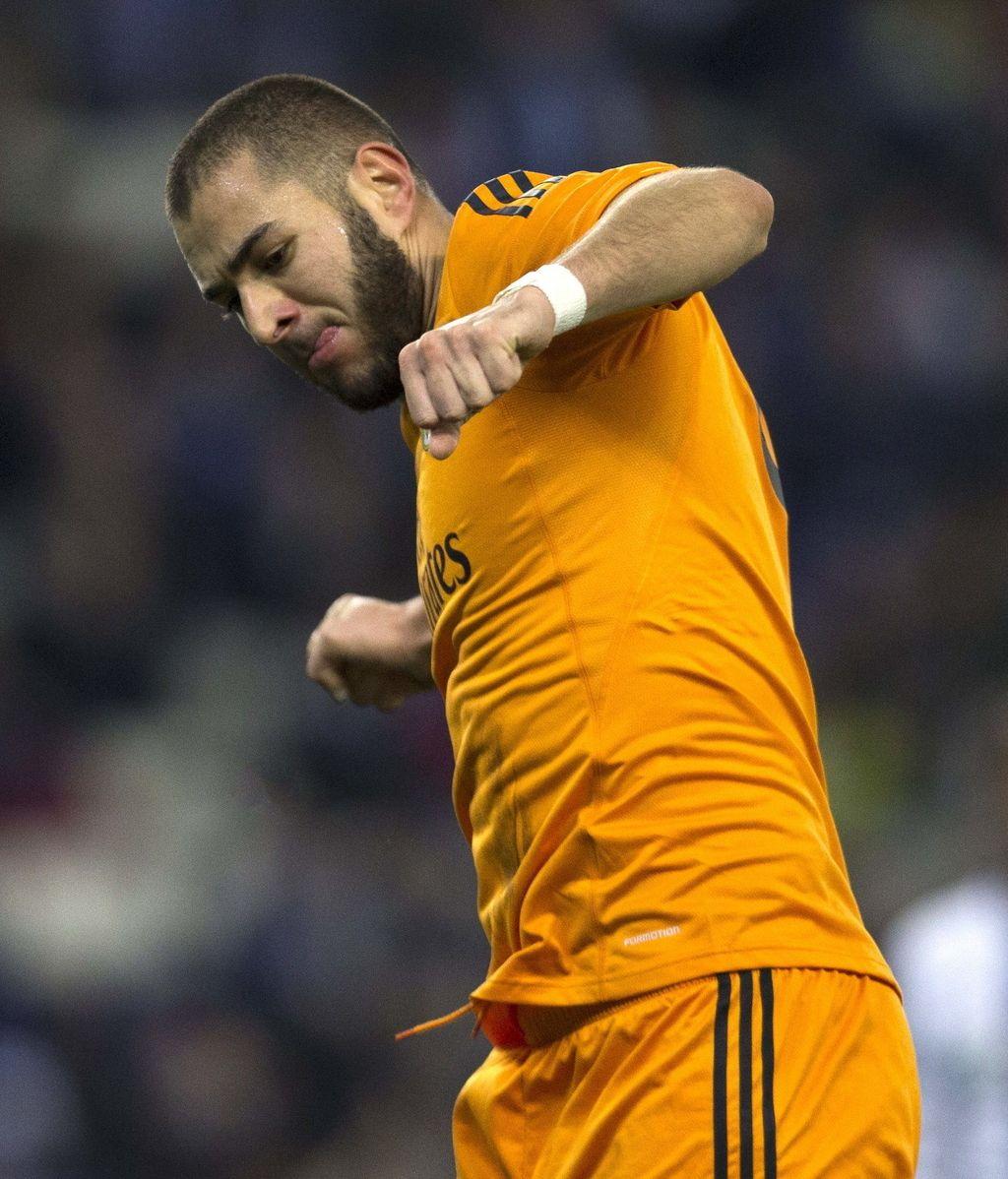El delantero francés del Real Madrid Karim Benzemá celebra el gol que ha marcado al Espanyol