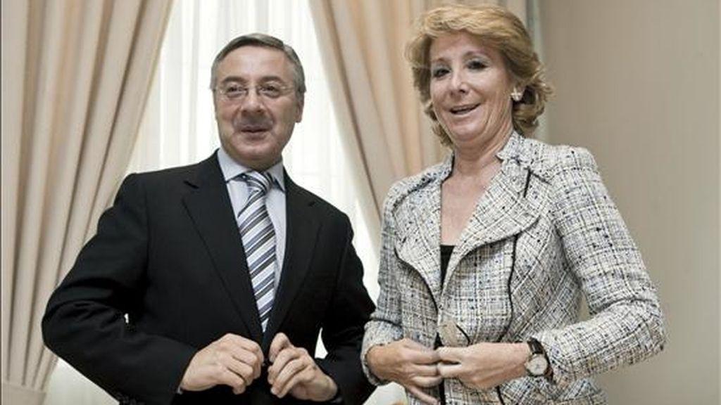 El ministro de Fomento, José Blanco, junto a la presidenta de la Comunidad de Madrid, Esperanza Aguirre, a quien recibió hoy en la sede del Ministerio para abordar el inicio de las nuevas infraestructuras proyectadas para Madrid. EFE