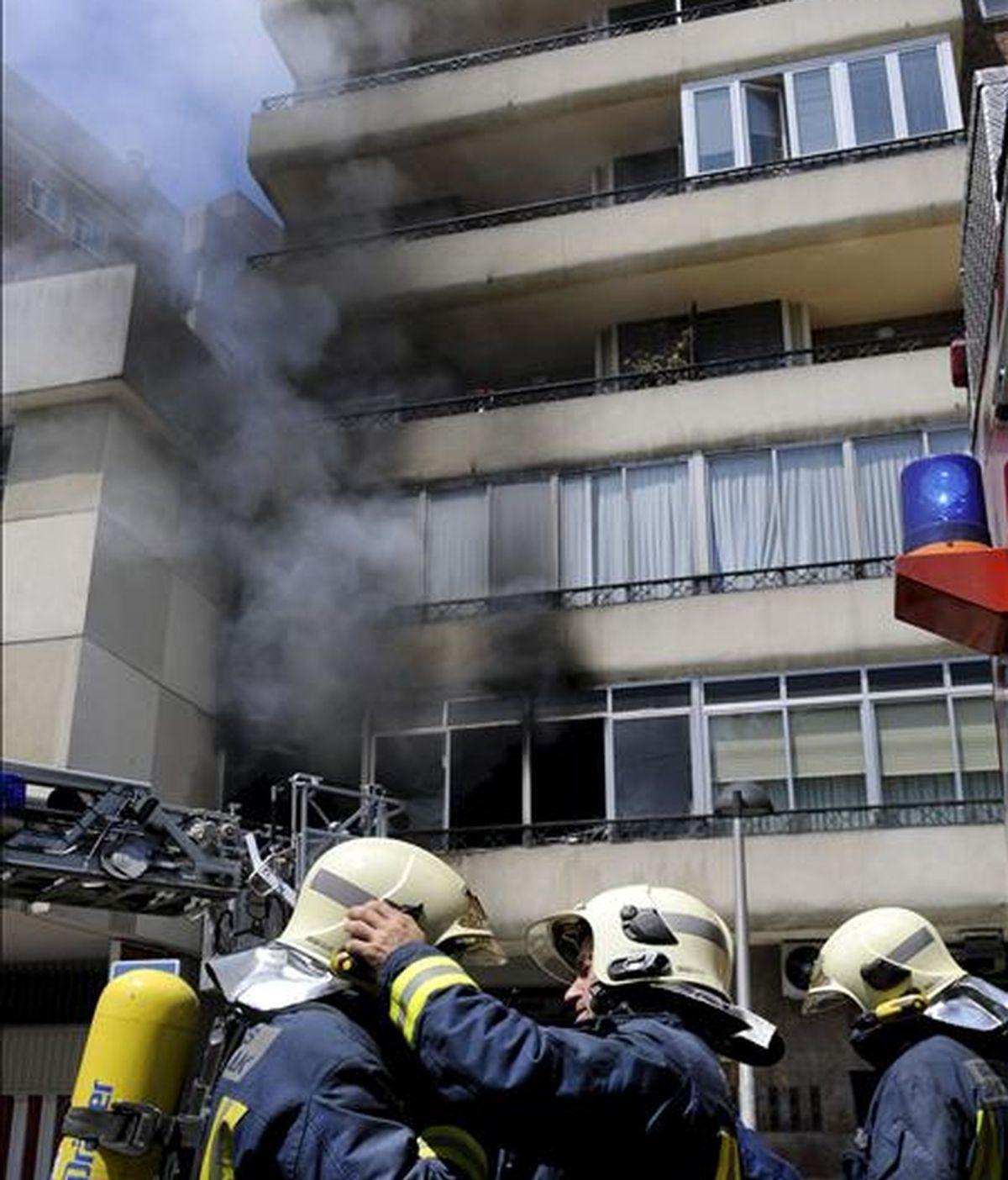 Varios efectivos del cuerpo Bomberos durante las labores de extinción del incendio que se ha producido en el primer piso del número uno de la calle Negubide, en Getxo, en el que un hombre, cuya identidad se desconoce, ha fallecido. EFE