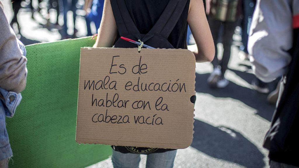 Unos 300 estudiantes se concentran frente al Ministerio de Educación
