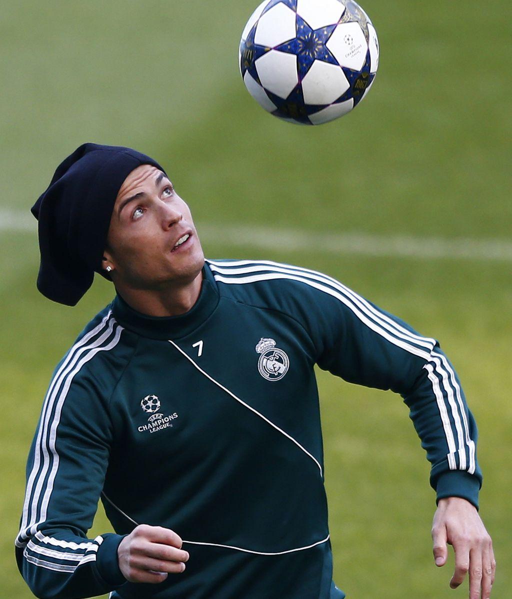 El delantero portugués del Real Madrid, Cristiano Ronaldo, controla el balón durante el entrenamiento del equipo en el estadio Old Trafford de Manchester