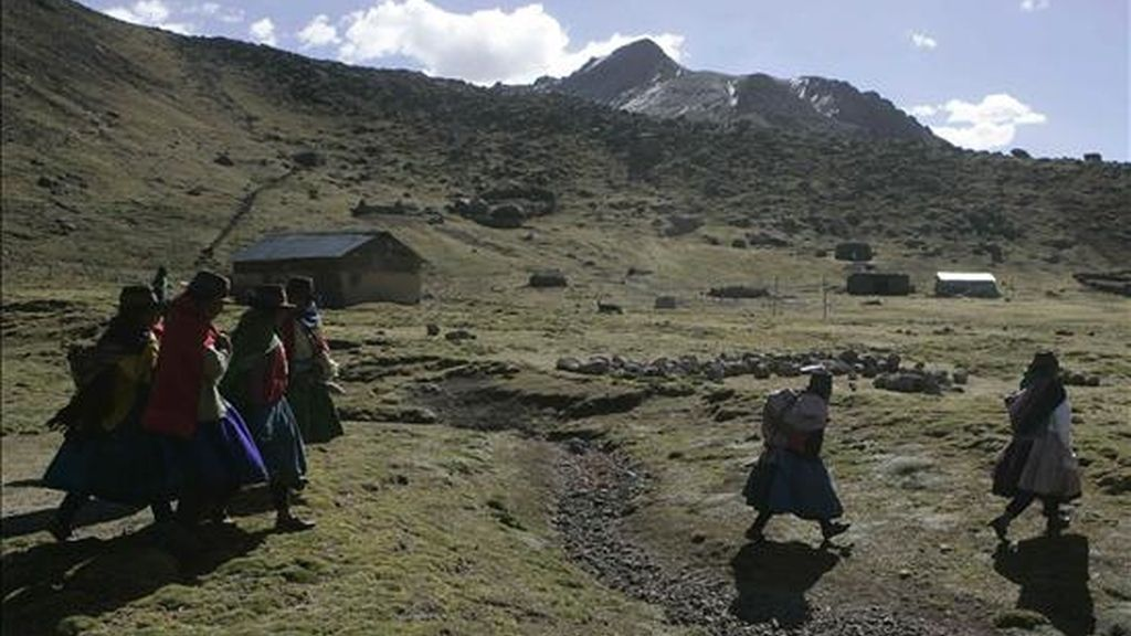 Fotografía del 17 de junio de 2009 de una comunidad de alpaqueros a 4.800 metros de altura en la comunidad de Ayacucho, Perú. Las medidas aplicadas por el Estado peruano para hacer frente a la crisis financiera mundial agudizan la desigualdad y no garantizan el desarrollo para los más excluidos. EFE/Archivo