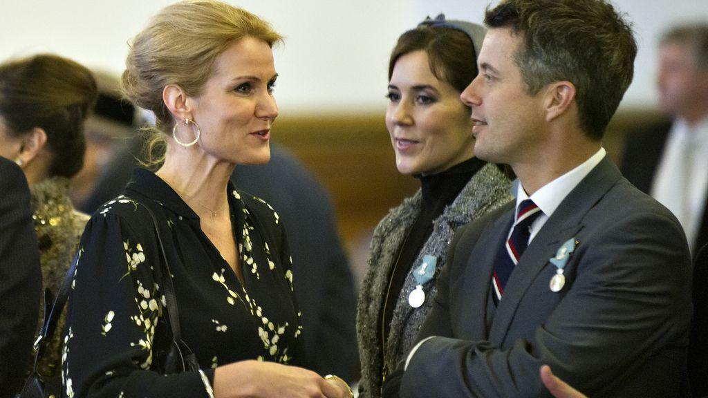 Los príncipes de Dinamarca: Mary y Federico, con la primera ministra Helle Thorning-Schmidt en el ayuntamiento de Copenhague