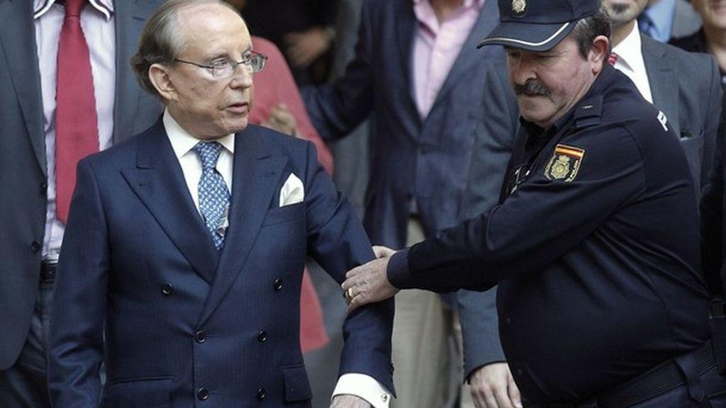 Jose María Ruiz-Mateos acude a la Audiencia Nacional protegido por la Policía.