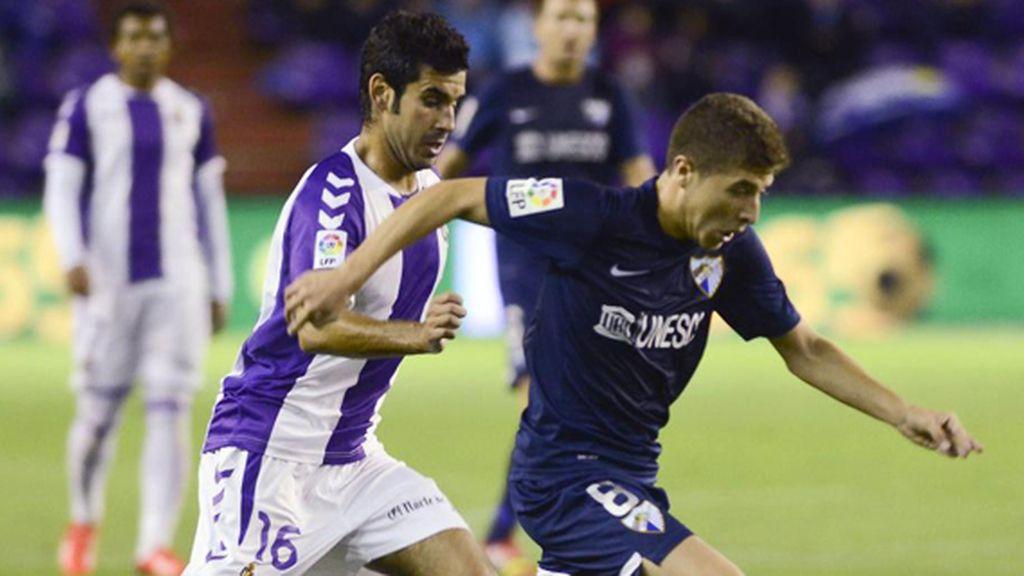 Portillo pugna con Satre por un balón durante el Valladolid-Málaga