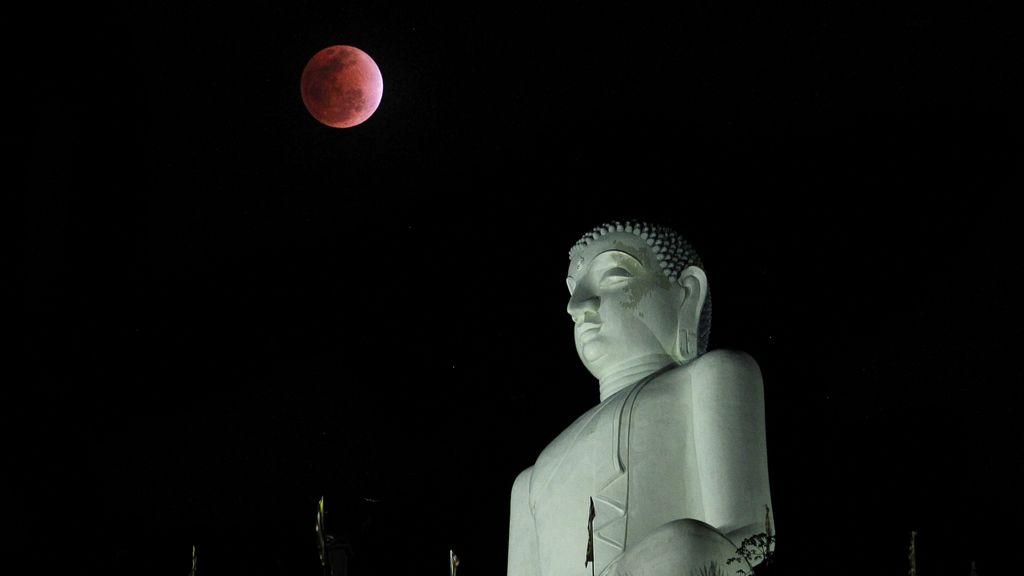 Eclipse sobre la estatua de Buda en Kurunegala