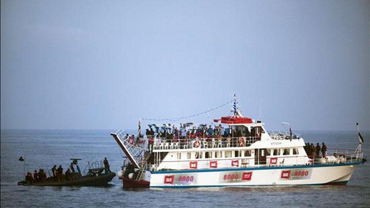 Israel ha pedido a las Naciones Unidas que impidan que un barco fletado por el hijo del líder libio, Muamar al Gadafi, zarpe hacia la franja palestina de Gaza, a donde pretende llevar ayuda humanitaria y romper el bloqueo de Israel. Soldados israelíes interceptan a uno de los barcos que transporta ayuda humanitaria para Gaza el 31 de mayo pasado. EFE/Archivo