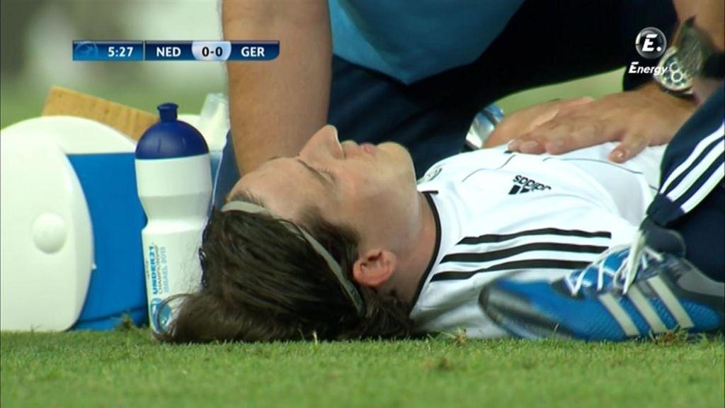 Un jugador alemán se duele en el césped.